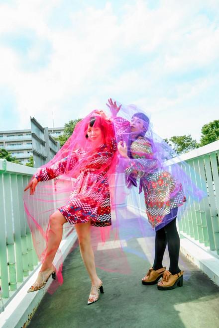 メジャー・ベストアルバム『いい過去どり』(7月17日発売)をリリースするチャラン・ポ・ランタン/そこに小春(姉)も加わり、2人のサービス精神で追加の撮影をすることに