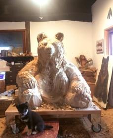 大きなクマの彫刻を制作しているとき