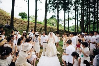 """森の中でドレスコードはタブーの""""白"""" 画像提供:CRAZY WEDDING"""