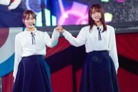 (左から)守屋茜、菅井友香=欅坂46『欅共和国 2019』より
