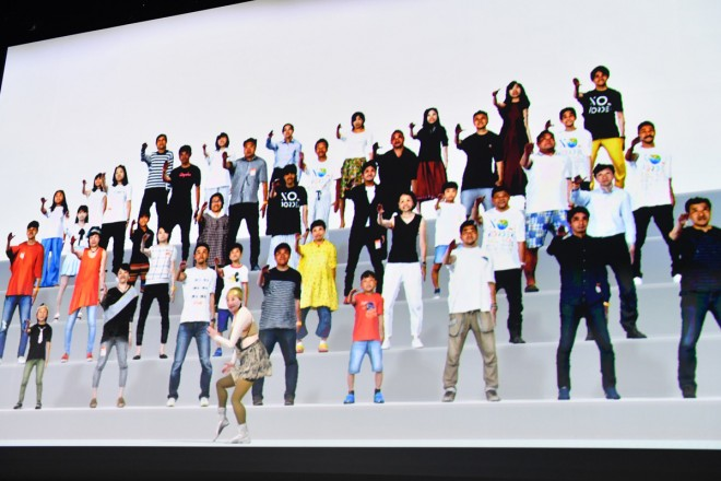 観客がステージでダンスを繰り広げる公演後半のVR映像演出