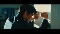 『イーデザイン損保』の新CM「そこで!弁護士費用等補償保険」篇で、苦悩する姿を演じる織田裕二