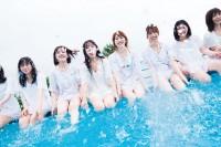 """日向坂46の""""白水着×白Tシャツ""""カット(撮影/YOROKOBI)"""
