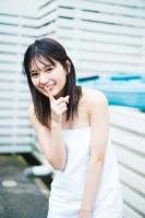 日向坂46ファースト写真集『立ち漕ぎ』より バスタオルカットを公開した小坂菜緒(撮影/YOROKOBI)