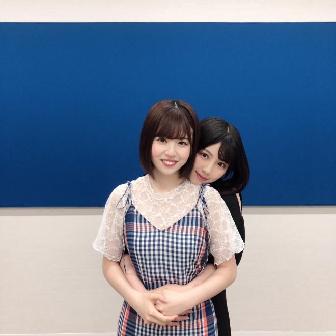 (左から)日向坂46・松田好花、渡邉美穂のハグカット(写真集公式ツイッターより)