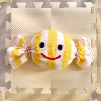 ハンドタオルを輪っか状にして キャンディのように端を結べば出来上がり『キャンディ太郎』(制作・写真:むーさん)