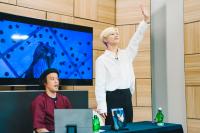 東京・渋谷「UDAGAWA BASE」公開生放送中にファンに手を振るテミン