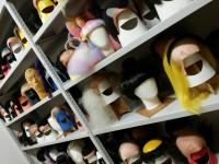 山田かつら本社屋には数々のかつらが保管・展示されている