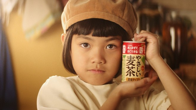 『グリーン ダ・カ・ラ やさしい麦茶 濃縮タイプ』の新CM「ダカラちゃんは見た」篇より