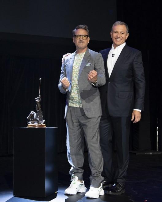 『D23Expo 2019』で「ディズニー・レジェンド」として表彰されたロバート・ダウニー・Jr.とボブ・アイガー会長