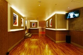 建物内部は木目調を採用し温かみのある雰囲気となっている。