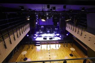 地下1階から見下ろしたステージ。関係者席として利用したり、観客を入れることも可能だ。