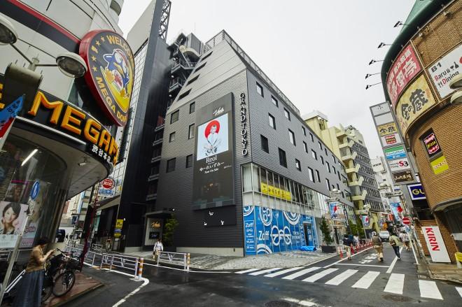 外壁には、渋谷センター街に向けて放映できる縦長のデジタルサイネージを設置。出演者やライブ会場と連動したコンテンツの放映が可能だ。