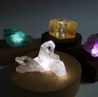 光を当てると表情を変える鉱物