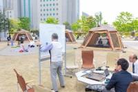 港区のビル街で開かれたキャンピングオフィス