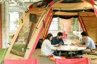 オフィスの屋内にテントを設置する企業も増えている