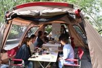 渋谷の複合ビル前に設置されたテント内で開かれている会議