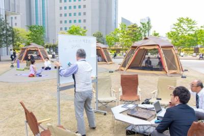 港区のビル街で開かれたキャンピングオフィス 画像提供:スノーピークビジネスソリューションズ