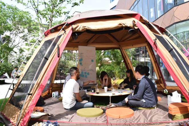 渋谷ど真ん中で日々開かれているテント内のビジネス会議