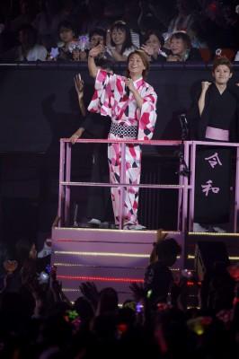 9月6日、大阪城ホールで行われた『氷川きよし デビュー20周年 記念コンサート〜あなたがいるから〜』の模様 トロッコに乗って熱唱する氷川きよし