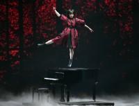 ピアノの上でソロダンスを披露する平手友梨奈