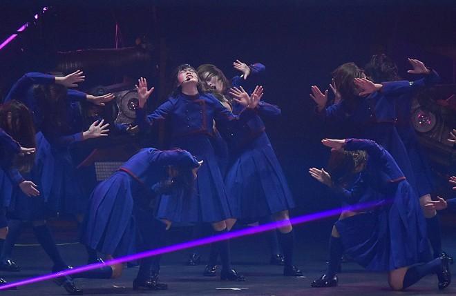 「不協和音」を披露する欅坂46