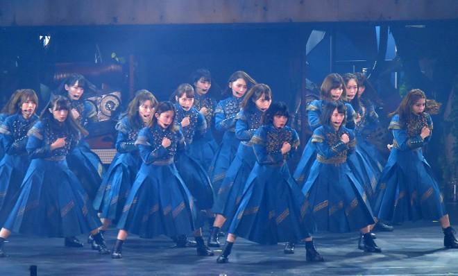 「サイレントマジョリティー」を披露する欅坂46