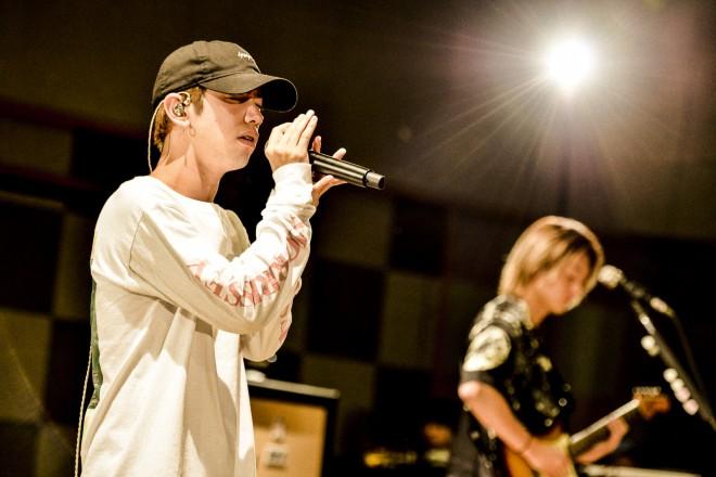 ビジョンで放映されたジャパンツアーリハーサル 「Head High」ライブバージョンを歌うTakaの優しく澄んだ歌声が響き渡る