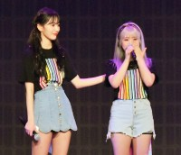 指原莉乃へ涙ながらに感謝の気持ちを伝える矢吹奈子(右)と支える宮脇咲良