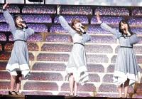 「やさしさが邪魔をする」を歌い、踊る(左から)渡邉美穂、加藤史帆、上村ひなの
