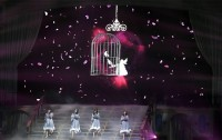 階段を下りながら歌うメンバー