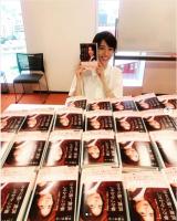 「『夢のつかみ方、挑戦し続ける力』サインしましたー。恥ずかしいけど読んでほしい」早霧せいなInstagramより(@seinasagiri_officia)