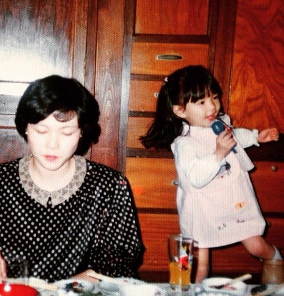 「#3歳の頃のワタス #娘熱唱 #母cool #自由に育ててくれて謝謝」早霧せいなInstagramより(@seinasagiri_officia)