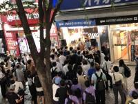 新宿の楽器店でライブを開くAyasa