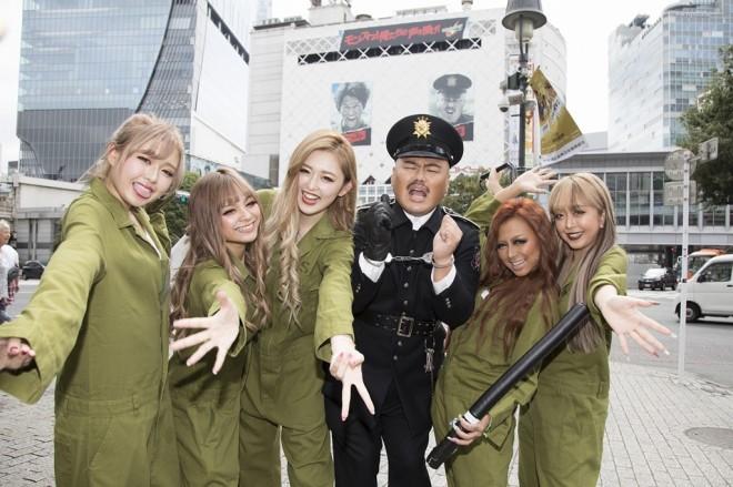 渋谷で行われたゲリライベントで、ギャルと一緒に登場したお笑いトリオ・安田大サーカスのクロちゃん