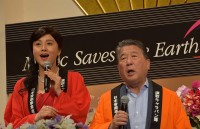 司会の2人も本公演のテーマソングで唱歌「ふるさと」を合唱