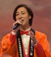 本公演のテーマソングで唱歌「ふるさと」を合唱する山内惠介