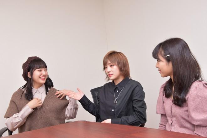 舞台『仁義なき戦い〜彼女(おんな)たちの死闘篇〜』に出演する、(左から)田島芽瑠(HKT48)、岡田奈々(AKB48、STU48)、本間日陽(NGT48)(C)oricon ME inc.