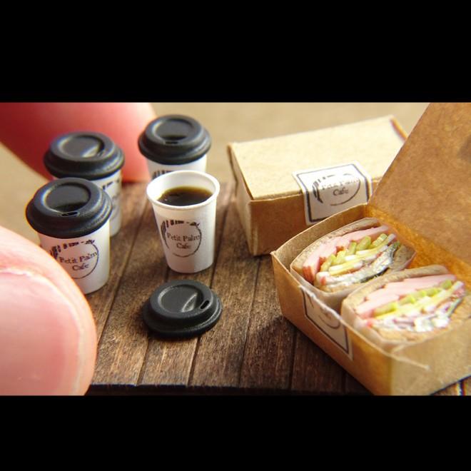 【ミニチュア】テイクアウト風の「コーヒー」と「サンドイッチ」 制作&写真/田波亨(Petit Palm)