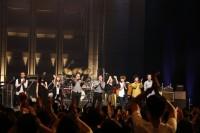 観客の前であいさつをする宮沢和史とバンドメンバー
