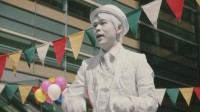 まるで銅像!?全身白塗りでパフォーマー役に挑んだ成田凌