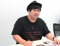 """インタビュー時来ていたTシャツは""""こっくりさん""""モチーフだった"""