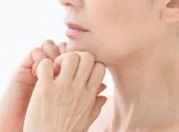 【顔トレ4 フェイスライン】あごを引き締め脱オバサン顔。人差し指と中指の間に、あごの骨をがっちり挟む。