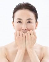 【顔トレ2 鼻下】鼻の下の骨を捉えゴリゴリ、上から下へ5回×1セット