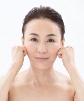 【顔トレ5 頬骨の下】頬骨のくぼみに第2関節をかませて、内から外へ3カ所を3回×1セット。