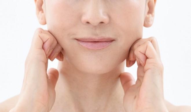 【顔トレ4 フェイスライン】あご中央から耳下までを3等分。1カ所につき内から外へ3回×3セット。