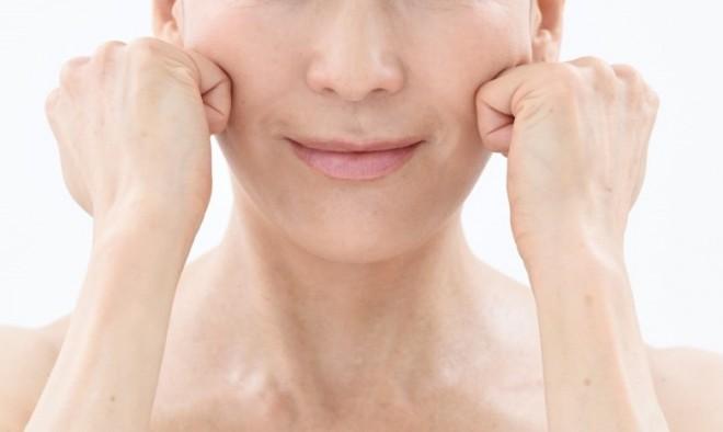 【顔トレ5 頬骨の下】人差し指、中指、薬指の第二関節で、内側から外へ小刻みにスライド。