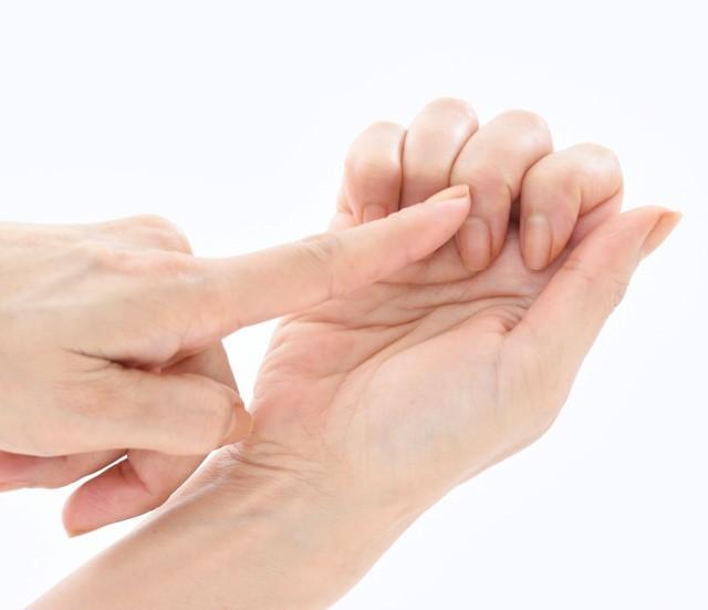 【顔トレ1 鼻わき】中指の第一関節を使って。