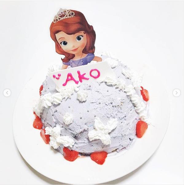日菜さんの誕生日に長女が手作りしたバースデーケーキ。日菜さんInstagramより。(@hinaako_official)