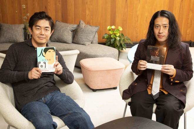 宮沢和史のデビュー30周年映像作品『Kazufumi Miyazawa 30th Anniversary 〜Premium Studio Session Recording 〜』、又吉直樹の新刊『人間』をそれぞれ手にする2人